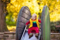 Dziecko na boisku w jesieni Dzieciaki w spadku fotografia stock
