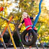 Dziecko na boisku w jesieni Dzieciaki w spadku fotografia royalty free