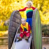 Dziecko na boisku w jesieni Dzieciaki w spadku obraz stock