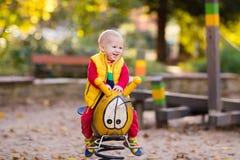 Dziecko na boisku w jesieni Dzieciaki w spadku zdjęcie stock