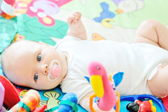 Dziecko na dywanie Zdjęcia Royalty Free
