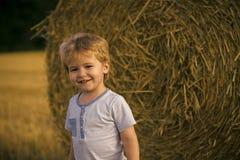 Dziecko na gospodarstwie rolnym Dzieci bawią się na gospodarstwa rolnego lub rancho polu, wakacje Obrazy Royalty Free
