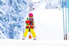 Dziecko na narciarskim dźwignięciu Obraz Royalty Free