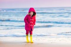 Dziecko na Północnego morza plaży w zimie Zdjęcia Stock