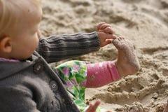 dziecko na plaży grać Obrazy Royalty Free