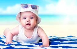 Dziecko na plaży pustym astronautycznym tle Fotografia Royalty Free