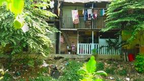 Dziecko na slamsy domu w brzeg rzeki zbiory wideo