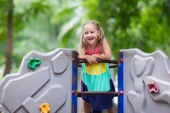 Dziecko na szkolnym boisku Dzieciak sztuka fotografia stock