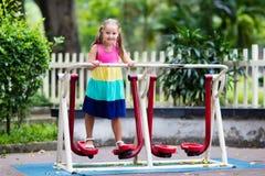 Dziecko na szkolnym boisku Dzieciak sztuka obrazy royalty free