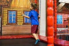 Dziecko na trampoline przy boiskiem Obrazy Royalty Free