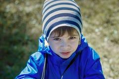Dziecko na ulicie w kurtek spojrzeniach w oczy zdjęcie stock