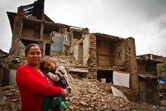 Dziecko na zewnątrz trzęsienia ziemi i matka rujnowaliśmy dom w Bhaktap Zdjęcie Stock