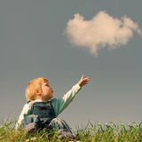 Dziecko na zielonej trawie zdjęcia stock