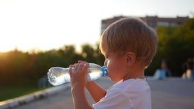 Dziecko napojów woda od butelki outdoors ujawnienia zawodnik bez szans zmierzchu czas zbiory wideo