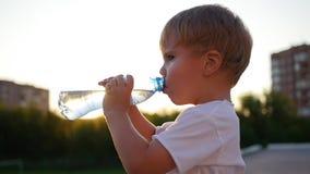 Dziecko napojów woda od butelki outdoors ujawnienia zawodnik bez szans zmierzchu czas zbiory