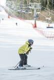 Dziecko narciarka w narciarskim centrum Obrazy Royalty Free