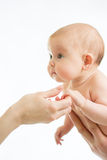 Dziecko niemowlak trzyma matki rękę zdjęcie royalty free