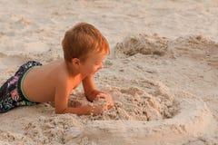 Dziecko niszczy piaska kasztel zdjęcie stock