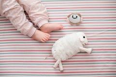 Dziecko noga na pasiastym tle najlepszy widok Zdjęcia Stock