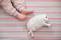 Dziecko noga na pasiastym tle najlepszy widok Fotografia Stock