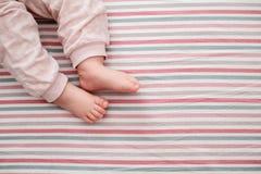 Dziecko noga na pasiastym tle najlepszy widok Obrazy Stock