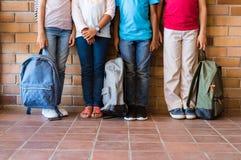 Dziecko nogi z plecakami przy szkołą zdjęcia stock