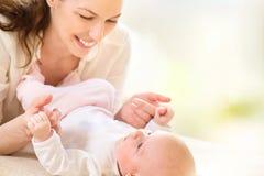 dziecko nowonarodzona jej matka Zdjęcia Stock
