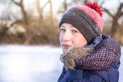 Dziecko obraca wokoło i patrzejący kamerę w zima parku podczas zima wakacji Obrazy Royalty Free