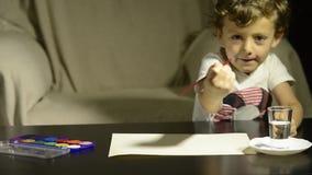 Dziecko obraz z akwarelami na papierze zdjęcie wideo