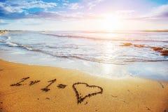 Dziecko obrazek rysujący w piasku na atlantyckim wybrzeżu Zdjęcie Royalty Free