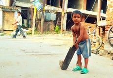 Dziecko obsesja dla krykieta w India fotografia stock