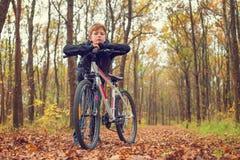 Dziecko odpoczywa na jego rowerze Zdjęcie Royalty Free
