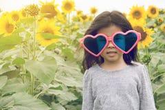 Dziecko odzieży Kierowi okulary przeciwsłoneczni z słonecznikiem Zdjęcia Royalty Free