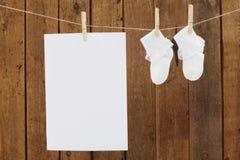 Dziecko odzieży obwieszenie w clothespins na domycie linii Fotografia Royalty Free