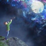 Dziecko ogląda księżyc Obrazy Royalty Free