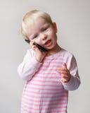 Dziecko opowiada nad telefonem Zdjęcie Royalty Free