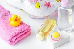 Dziecko organicznie kosmetyk dla skąpania na białym bakground obrazy royalty free