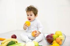 Dziecko otaczający z owoc i warzywo, zdrowy dziecka odżywianie obraz stock