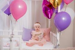 Dziecko otrzymywał prezent dla jego urodziny i cieszy się je Zdjęcia Royalty Free
