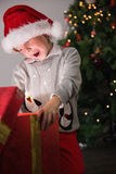 Dziecko otwiera jego boże narodzenie teraźniejszość Zdjęcia Royalty Free