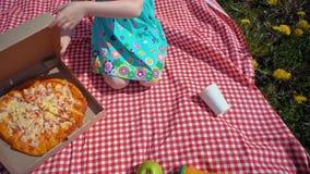 Dziecko otwiera karton z pizz? na seacoast zdjęcie wideo