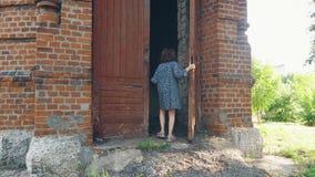 Dziecko otwiera starego drzwi