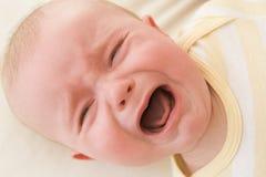 dziecko płacze wewnątrz kłamać Zdjęcia Royalty Free