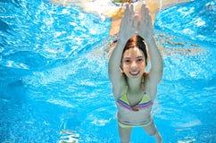 Dziecko pływa w basenie podwodnym, dziewczyna zabawę w wodzie Fotografia Royalty Free