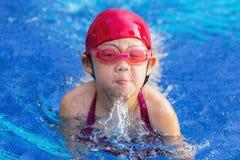 Dziecko Pływacka żabka w Pływackim basenie zdjęcia royalty free
