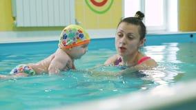Dziecko pływacka lekcja w paddling basenie zbiory