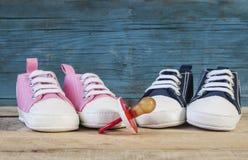 Dziecko pacyfikator i buty zdjęcie stock