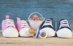 Dziecko pacyfikator i buty fotografia stock