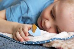 Dziecko pacyfikator i dziecka dosypianie chłopiec, troszkę obraz stock