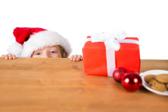 Dziecko patrzeje boże narodzenie teraźniejszość Fotografia Stock